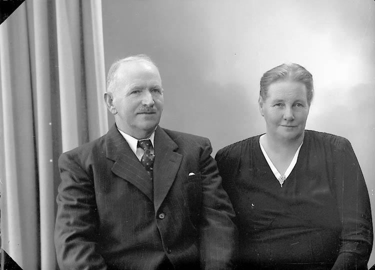 """Enligt fotografens journal nr 7 1944-1950: """"Pettersson, Herr Karl Kvarnlycke Ucklum""""."""