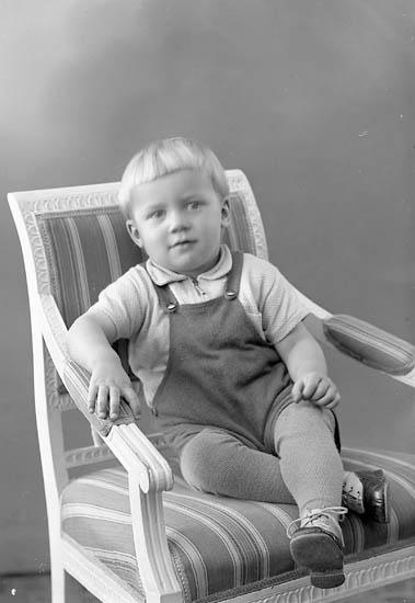 "Enligt fotografens journal nr 6 1930-1943: ""Svensson, Erland S. Skår Här""."