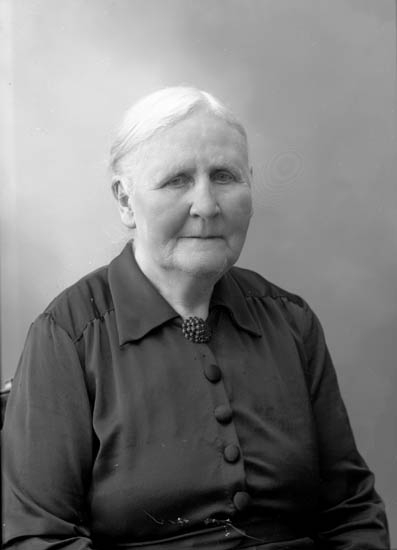 "Enligt fotografens journal nr 7 1944-1950: ""Abrahamsson, Fru Olivia Ödsmål""."