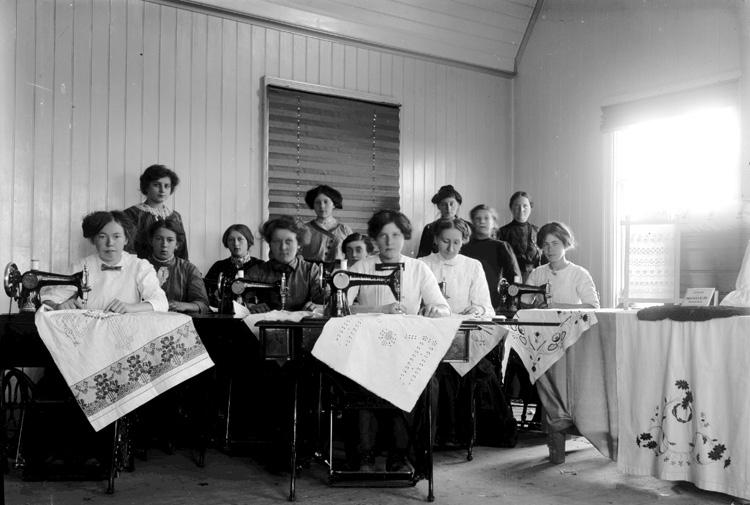 """Enligt fotografens journal nr 2 1909-1915: """"Singers sykurs Jörlanda"""".  ::"""