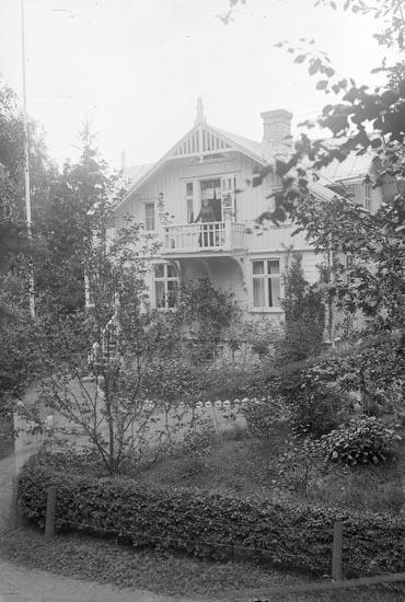 """Enligt fotografens journal Lyckorna 1909-1918: Svensson, Fru Villa Sofiero"""". Enligt fotografens notering: """"Fru Svensson, Villa Sofiero Ljungskile""""."""