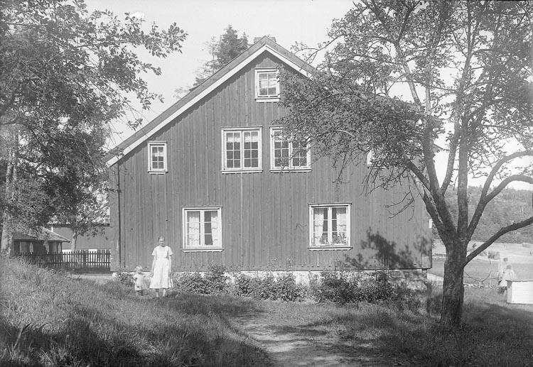 "Enligt fotografens journal nr 5 1923-1929: ""Josefsson, Fru (Röds gård) Stenungsund""."