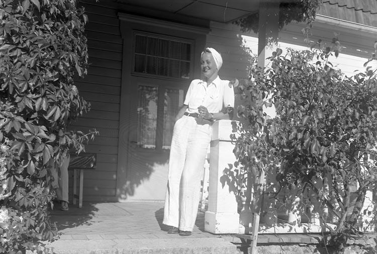"Enligt fotografens journal nr 7 1944-1950: ""Mellin, Fru Stenungsön"". Enligt fotografens notering: ""Fröken Mellin, Stenungsön""."