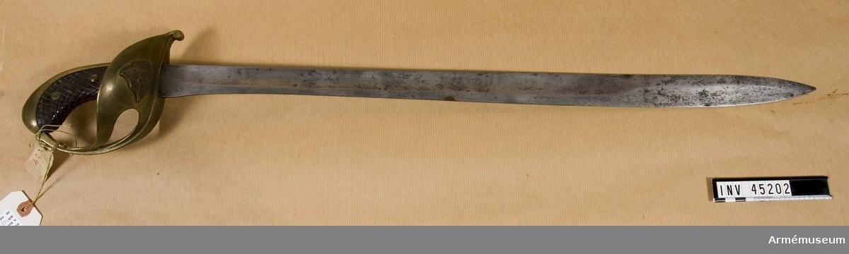 Grupp D II Liknar m/1853 med undantag av emblemet på parerplåten. Istället för denna finns en sköld med S:t Eriksbilden och tre kronor. Klingans bredd vid fästet är 38 mm.  Samhörande nr AM.45202-03
