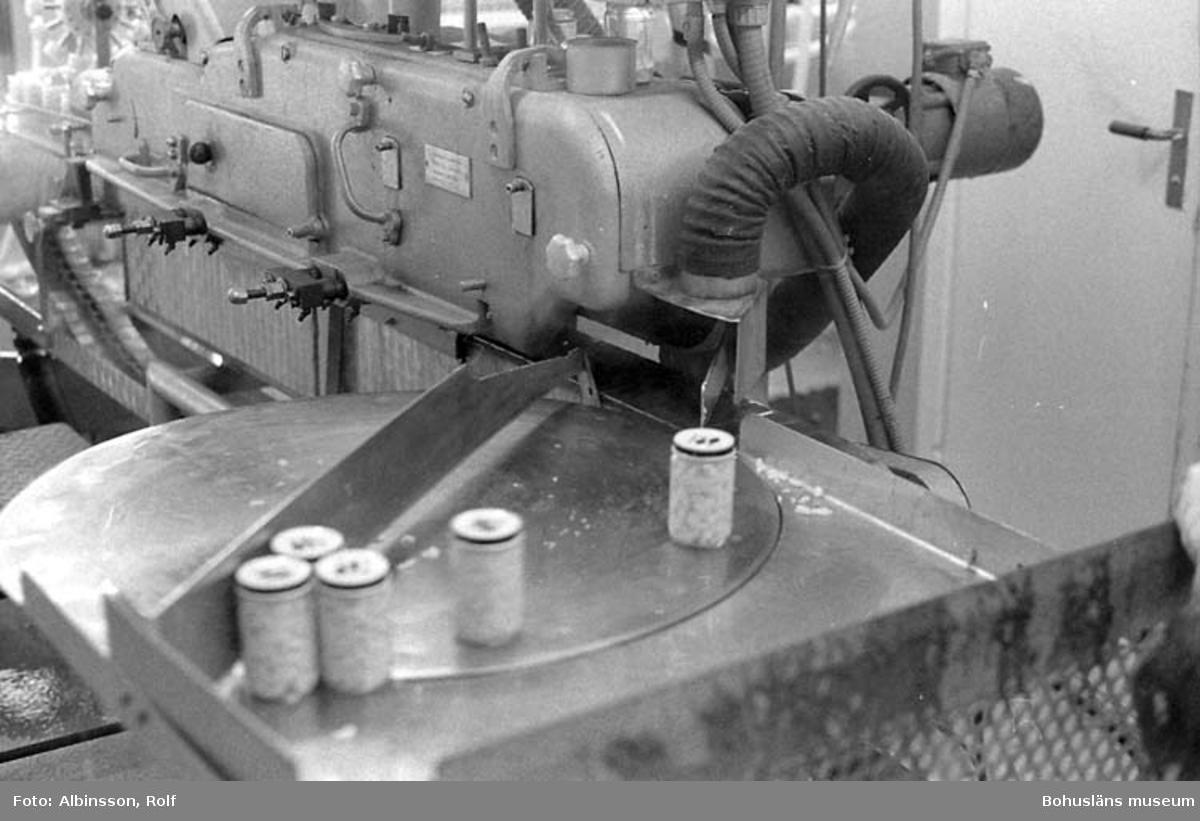 """Enligt fotografens noteringar: """"Här är glasburkar med lock den skall nu in i autoklaven för detta är en helkonserv.""""  Fototid: 1995-11-02."""