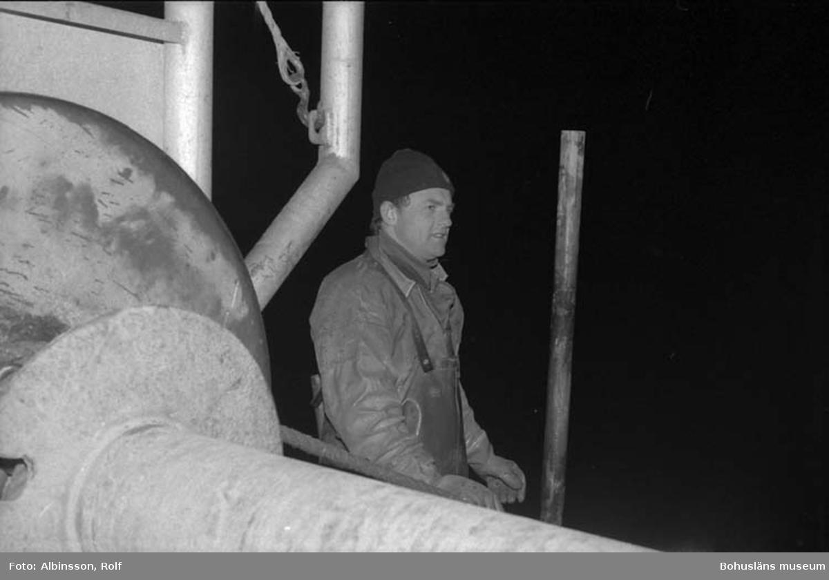 """Enligt fotografens noteringar: """"Harald Hansson vid trumman.""""  Fototid: 1996-03-06."""