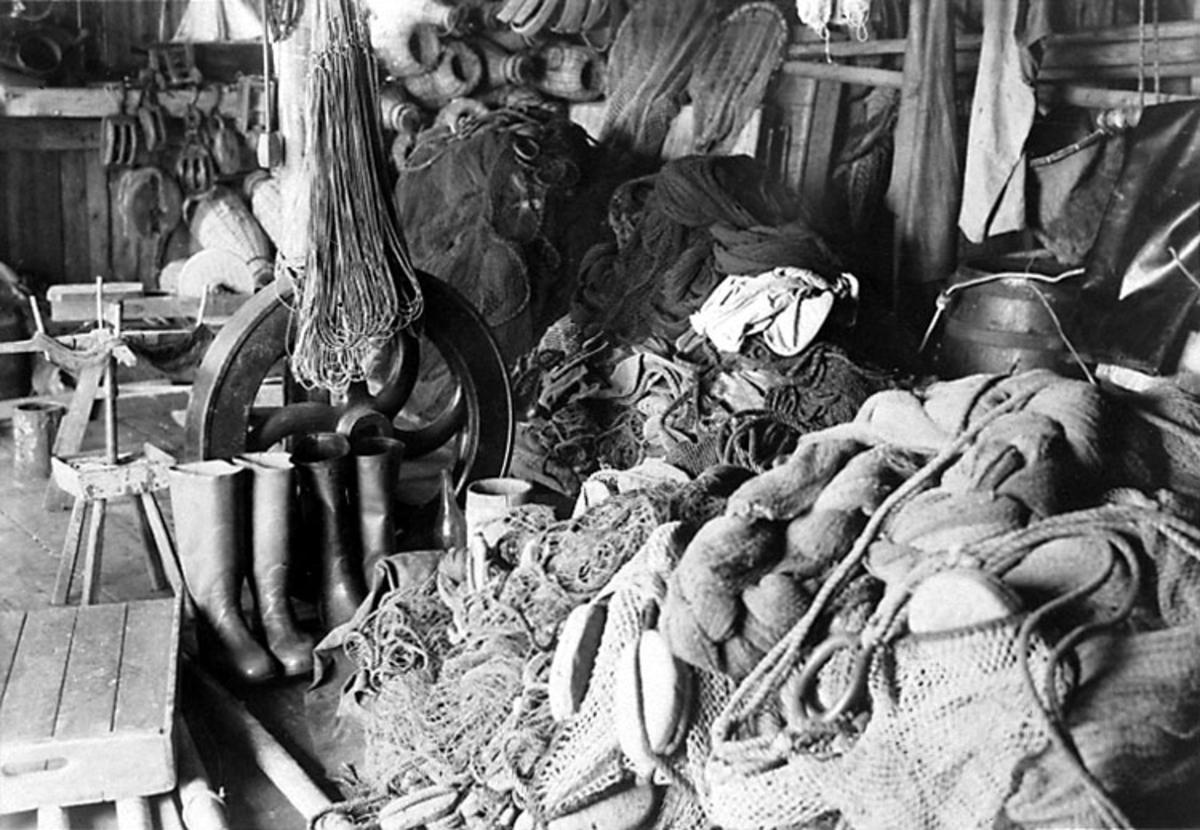 Interiör av sjöbod Nr. 73 i Smögen. Tillhörig 46-årige fiskaren Axel Andersson.  Skrivet på fotot: B 6669 Fot O. Hasslöf 1941 Stämplat på fotot: Historiska avdelningen, Göteborgs museum.