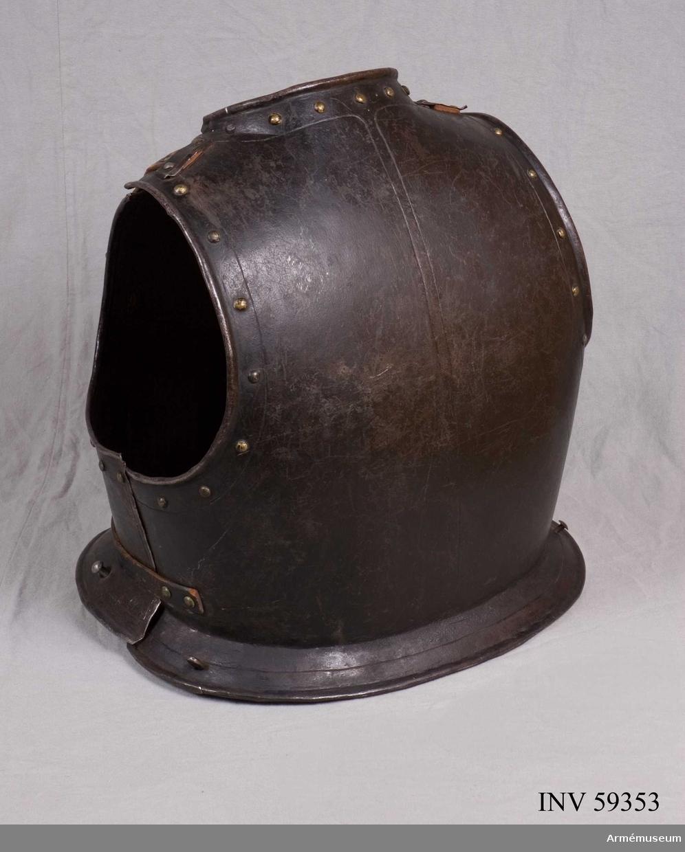 Grupp D IV.  Ur halvrustning för kyrassiär 1600-1650. Hela rustningen består av harnesk, hjälm, bentyg, ryggskena och visirhjälm. Mage och armtyg fattas.