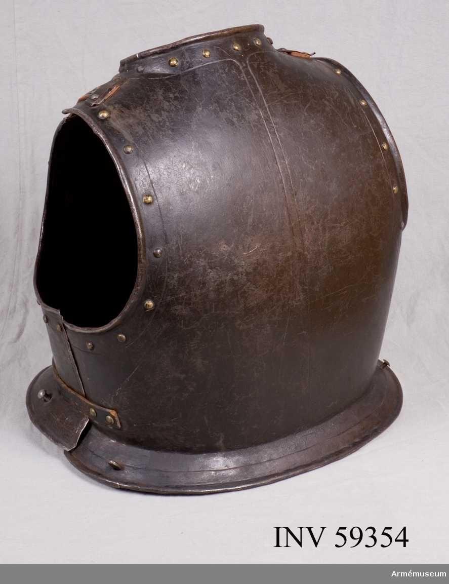 Grupp D IV.  Ur halvrustning för kyrrassiär 1600-1650. Hela rustningen består av harnesk, hjälm, bentyg, ryggskena och visirhjälm. Mage och armtyg fattas.