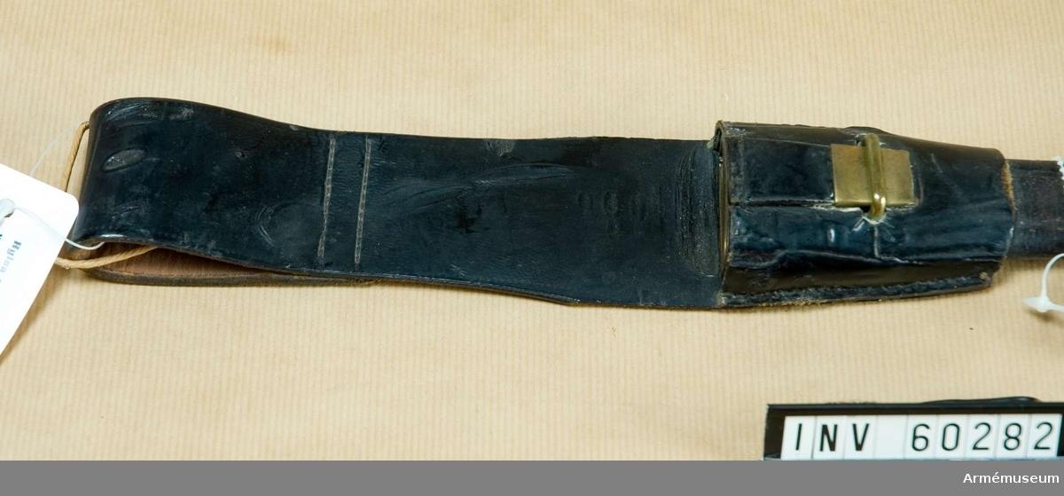 Grupp D II. För bevakningsmanskap vid fängelser. 1880-1900 ca. Koppelhylsan är av läder. På insidan finns numret 53.