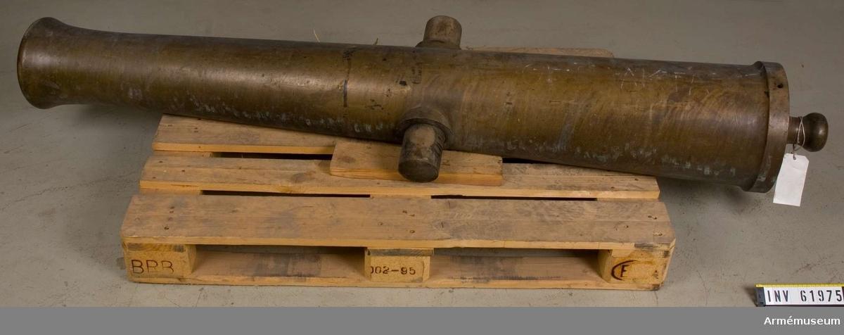 Grupp F I.  Mått: BOTTENSTYCKET Bottenstyckets största diameter 27,5 cm Kammarsiraternas bredd 5,5 cm TAPPSTYCKET Tappskons läge 71,5 cm Tappläge I 73,5 cm Tapplängd 10 cm Tappdiameter 9 cm LÅNGA FÄLTET Långa fältets minsta diameter 19 cm Trumfens största diameter 23,5 cm Tapparna obetydligt under kärnlinjen med tappskiva. Tappskivans  läge 71,5 cm och tappens placering framgår av bilagans skiss. Den vänstra tappen bär årtalet 1817 instämplat på utsidan. Trumpetförstärkt trumf. Druvan är platt-kulformig. Angående fängpanna, fänghål och siktinrättning, se AM.059467. Mellan fänghålet och kammarsiraterna står instämplat:  3 S:15 L:15 M. Strax framför fänghålet står instämplat: No 1 och framför numret artilleriets emblem i relief. Omkring  mynningen är instämplat, på översidan 3 kronor, på undersidan  R : W. På trumfens högsta punkt finns hål för korn. Eldrör 12-p m/1816, no 1, 3S:15L:15:M: 1817.