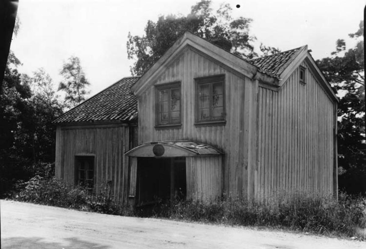 """Skrivet på baksidan: Henån, Röra sn. Orust v. """"Gamla posten"""" f.d. handel och gästgivaregård"""