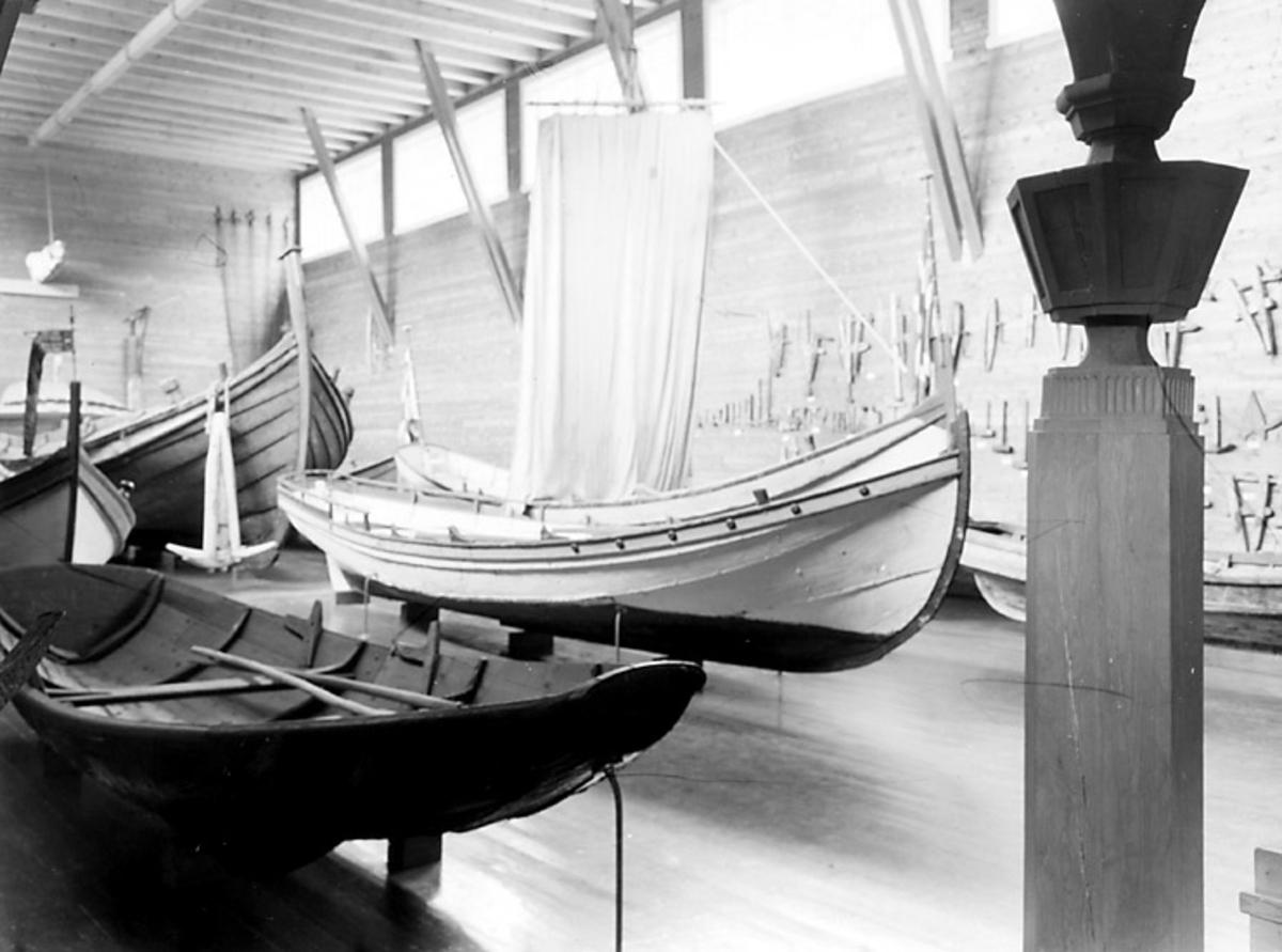 Skrivet på baksidan: Båthallen Ambla Fotot taget: 1961