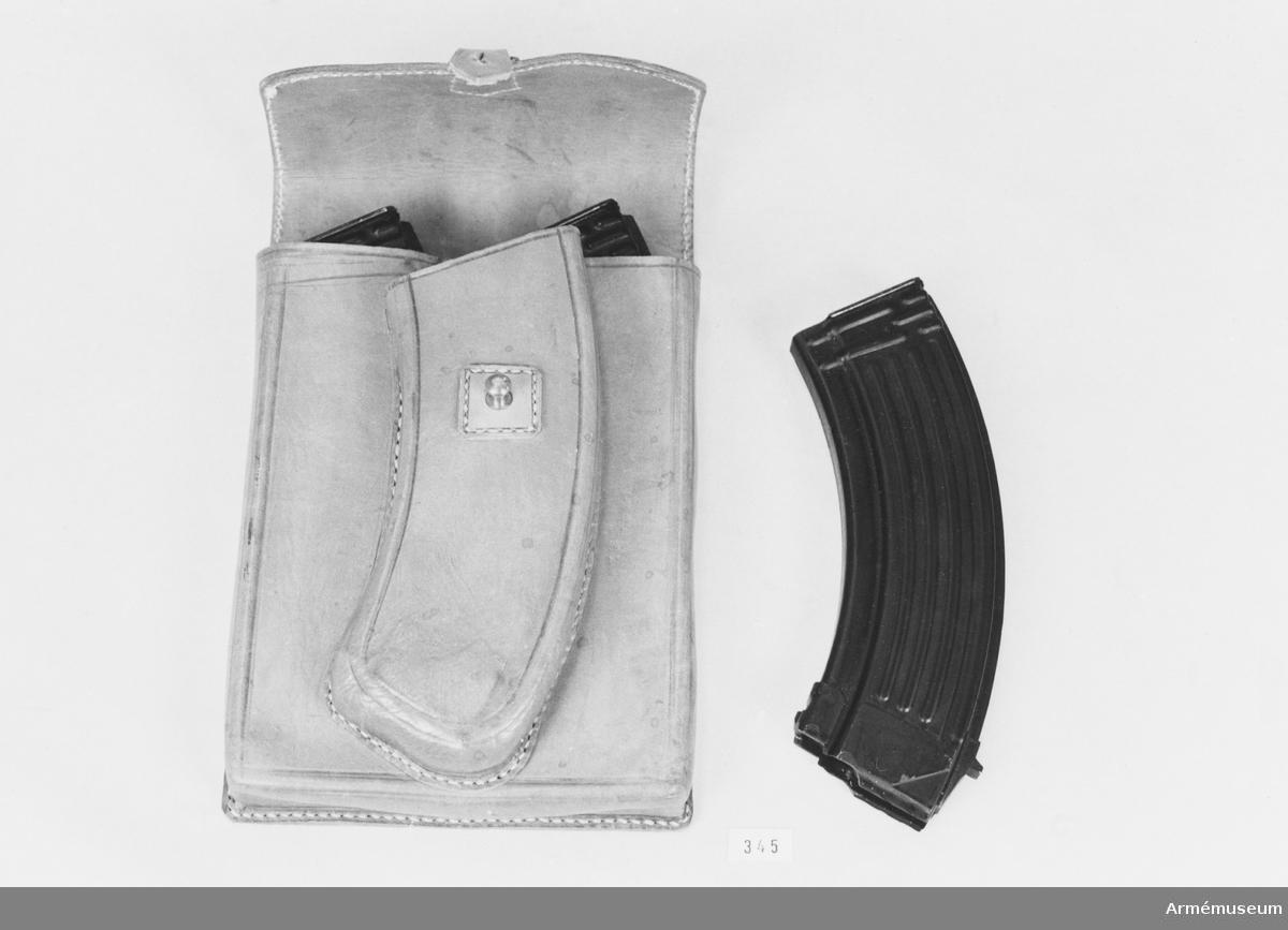 Fodral t aut.karbin AK 47, Sovjetunionen (Syrien). Rymmer karbinen och ett magasin. Försett med bärrem. Ljusbrunt läder.