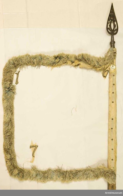Duk: Tillverkad av gul sidendamast, så gott som obefintlig järnspik på ett blåaktigt band.  Banderoller: Endast en liten del av snodden av de numera försvunna banderollerna återstår.  Dekor: Tillverkad av dekoren återstår endast en broderad 1:a i övre, yttre hörnet, en broderad 6:a iinre, övre hörnet och en lös broderad 7:a. Stång av trä, kanellerad, mörkt gråbrunmåladkrönt med en öppen krona.