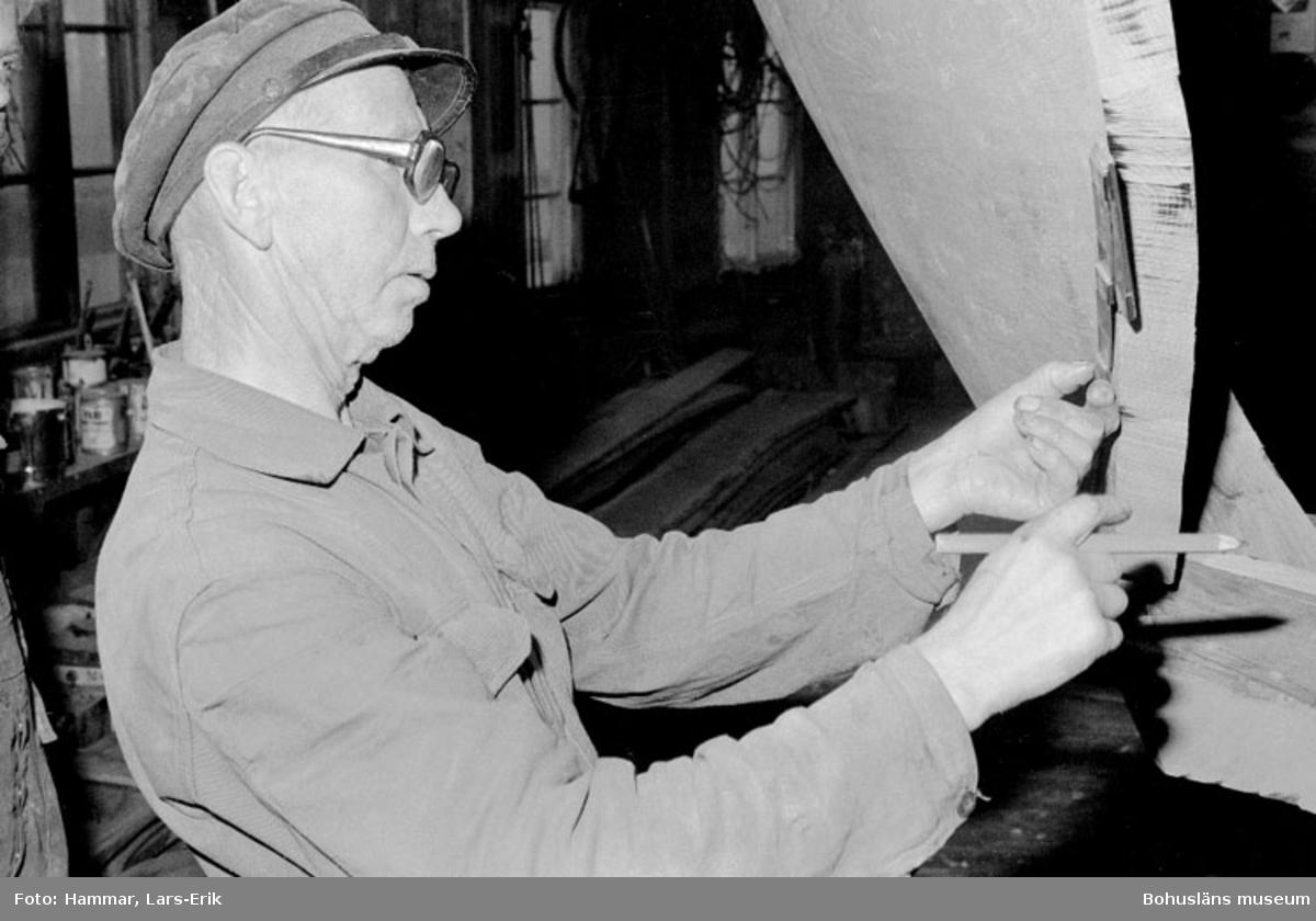 """Motivbeskrivning: """"Båtbyggare Gösta Johansson, Kungsviken, Orust."""" Datum 19780906"""