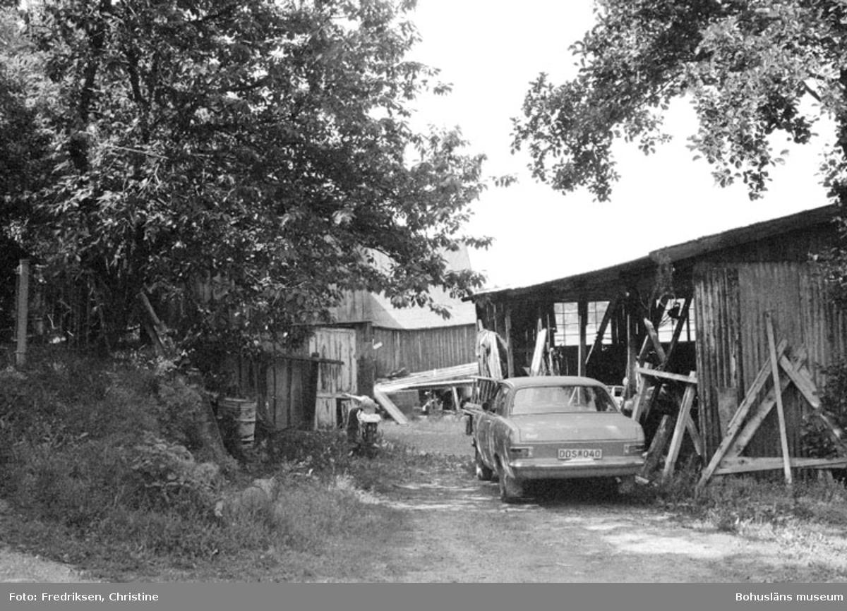 """Motivbeskrivning: """"Bröderna Karlssons varv. På bilden syns till höger byggnad för vinterförvaring av båtar (se neg 33 A)."""" Datum: 19800711 Riktning: S"""