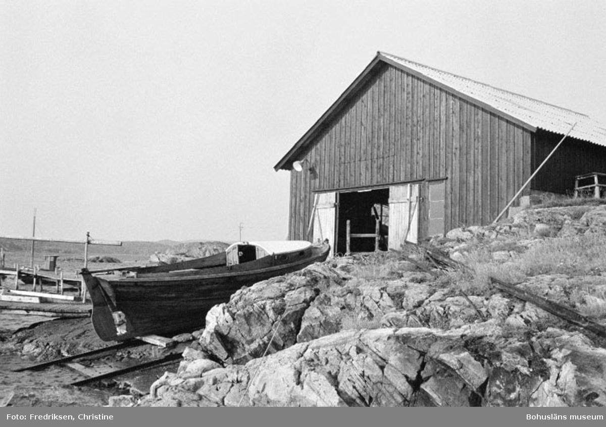"""Motivbeskrivning: """"Widholms industri AB, Gunnar Olssons båtskjul, Brevik, Lyrön. Slipen uppsatt 1951."""" Datum: 19800908"""