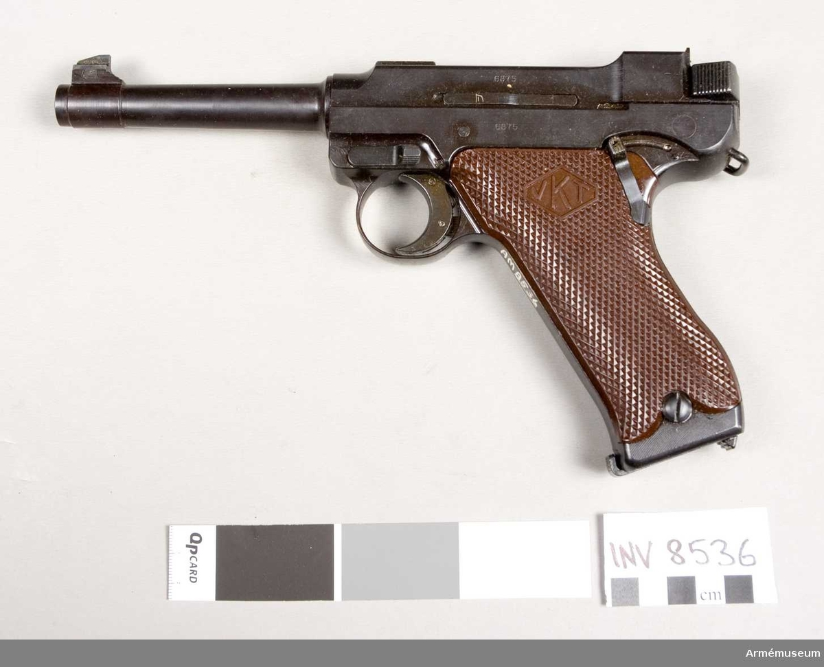 Halvautomatisk pistol modell L-35 (m/1935) system Lahti, Finland. Tillverkningsnr 6875. Handgrepp av konstmassa, märkt VKT. Märkt L-35 Valmet VKV. Bestående av 1 st pistol, 2 st magasin 8-skotts, 1 st magasinsfyllare.