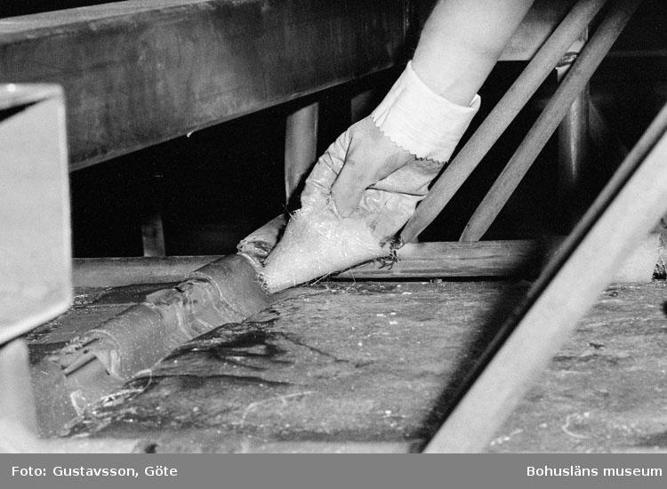 """Motivbeskrivning: """"Gullmarsvarvet AB, detaljbild, skrovform och skrovstativ."""" Datum: 19801031"""