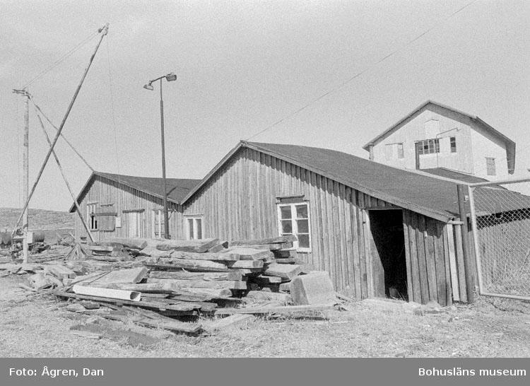"""Motivbeskrivning: """"Bergs varv på Hälsö, verkstadslokaler mot Nö."""" Datum: 19800424"""