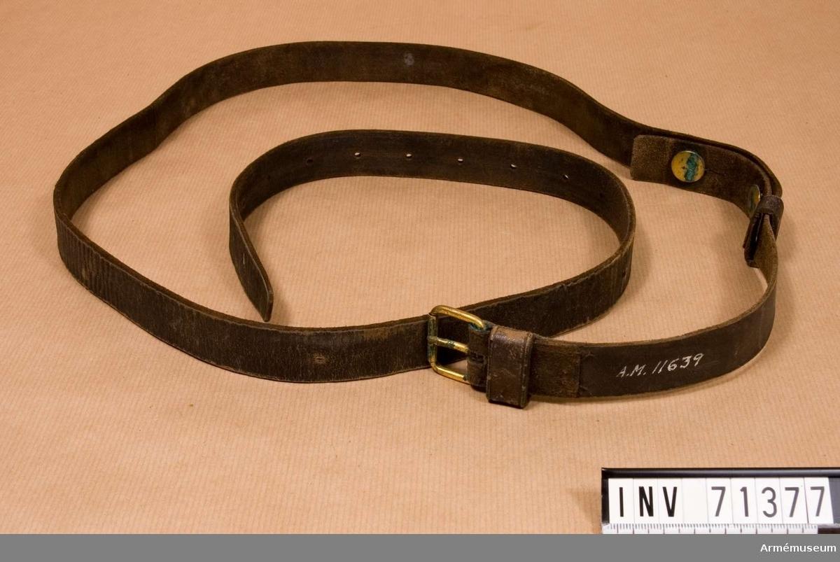 Grupp C:I. Livrem av svart läder, hopfäst med 2 knappar