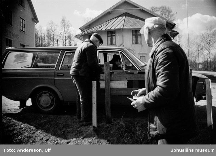 """Bohusläns samhälls- och näringsliv. 2. STENINDUSTRIN. Film: 18  Text som medföljde bilden: """"Brevbäraren kommer (pensionsdags!). April 1977."""""""