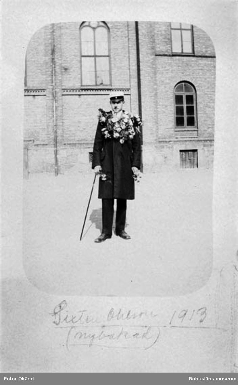 """På framsidan fotografiet står att läsa följande. """"Sixten Ohlsson 1913 (nybakad)"""" På baksidan fotot står: """"POST CARD   Carte postale - postkarte"""""""