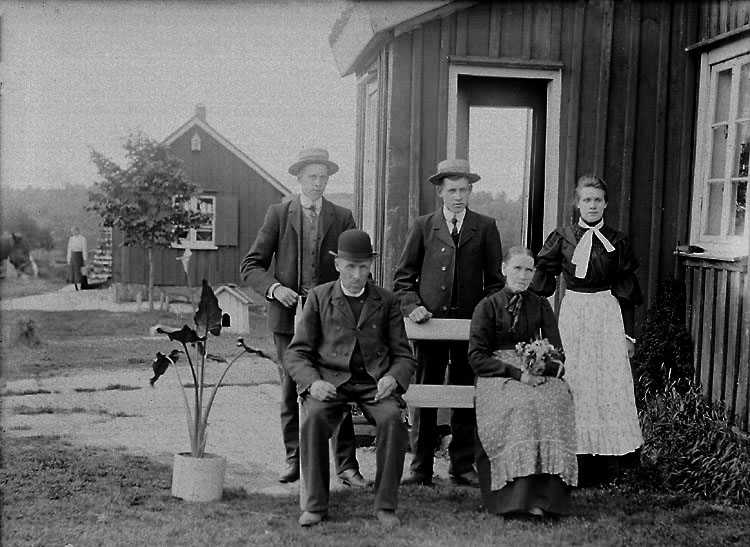 Familjegrupp, troligen utanför Munkedals samhälle