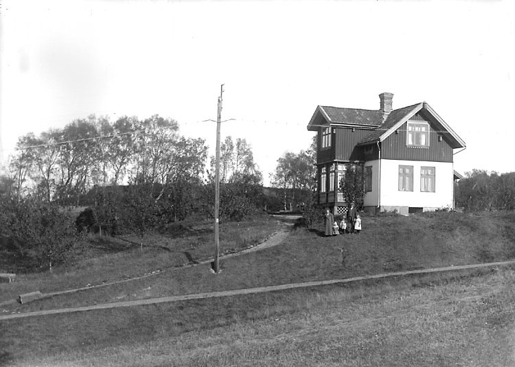 """Enligt noteringar: """"Bostad belägen på Vadholmen."""" (BJ)"""
