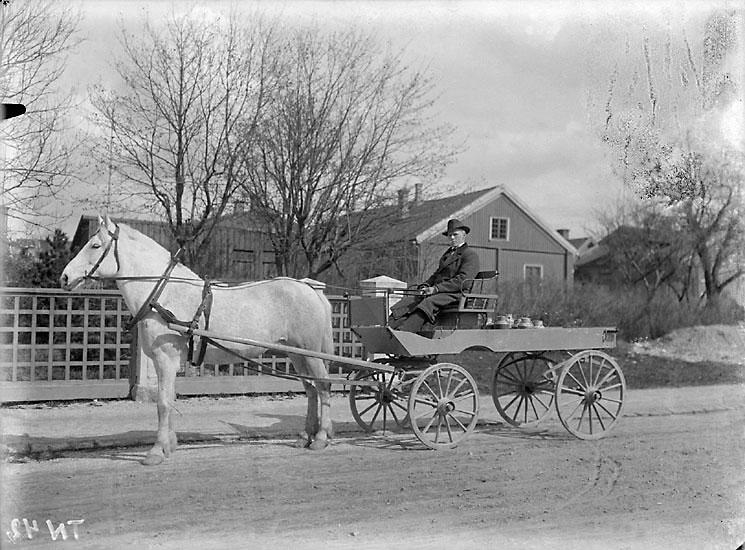 """Enligt senare noteringar: """"Mjölkskjuts från lantgård. Vagn med häst samt mjölkflaskor."""""""