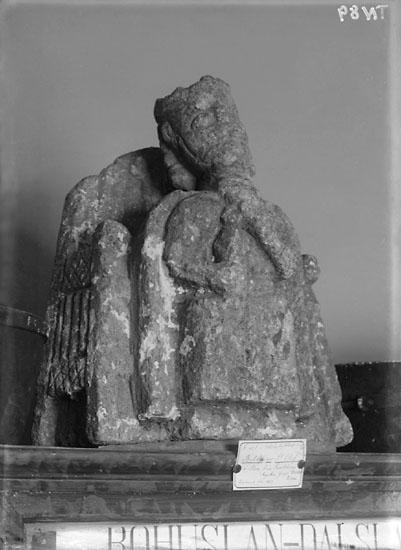 """Enligt senare noteringar: """"Gammal skulptur av S:t Olof. Omkring 1200. Svarteborgs kyrka. Utställd på Uddevalla museum."""""""