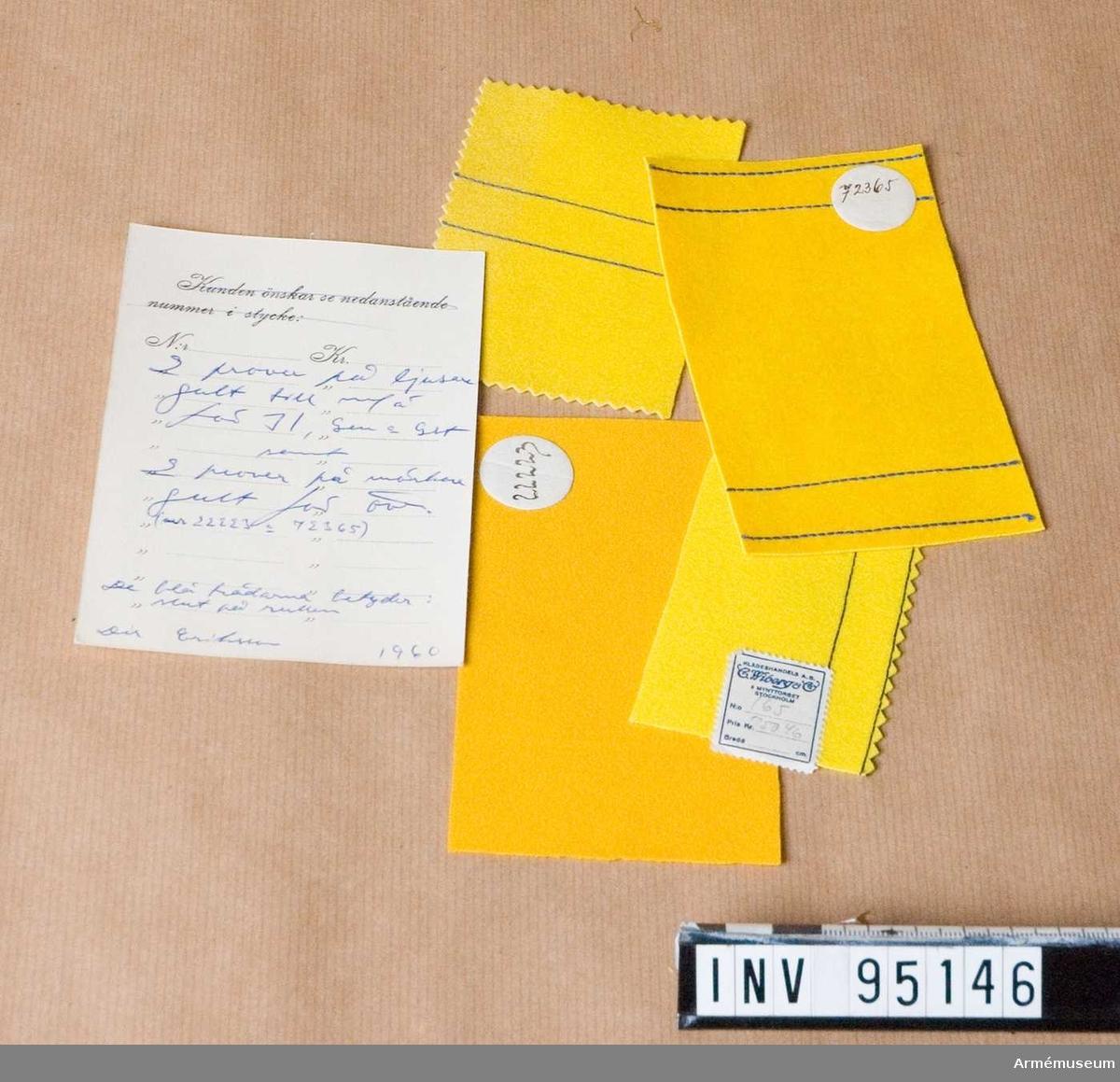 """Pappkort från C Wiberg & co, Klädes Kramhandlare. Stockholm. med text på baksidan: """"2 prover på ljusare gult till m/ä för I1, Gen och Glt samt 2 prover på mörkare gult för öv. nr 22223 och 72365. De blå trådarna betyder. slut på rullen. Dir Eriksson 1960"""""""