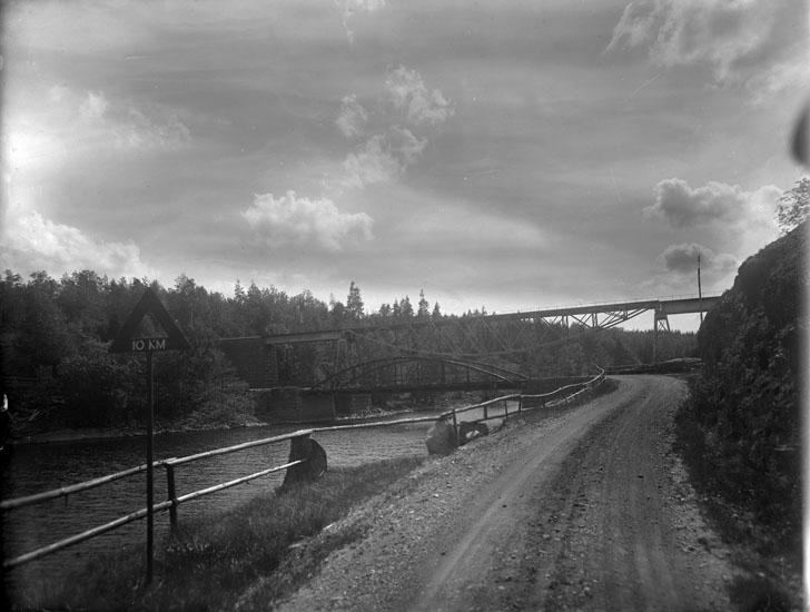 """Enligt tidigare noteringar: """"Järnvägsbron och landsvägsbron vid Ellenö från landsvägen."""""""