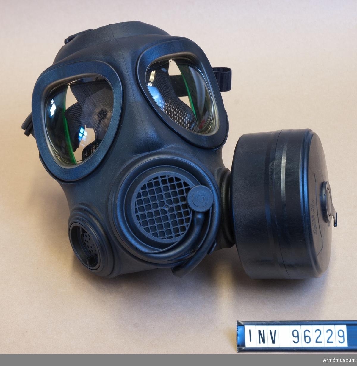 Skyddsmask tillhörande skyddsutrustning 90 B. Oanvänd. Storlek 2 - Medium. På insidan sitter ett grönt plaststöd. Med Filter 90 (m/1990) M 2311-714010-1.
