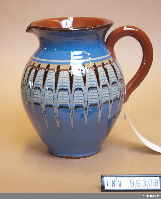 Karaff i keramik.