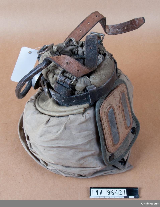 Grupp J. Skyddsutrustning för häst, bestående av gasmask och två par gasskyddsstrumpor.