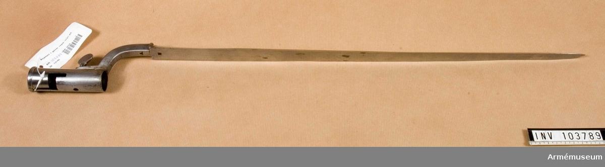 Hylsan har ett igensatt klackspår och ett nyupptaget vilket visar att bajonetten förändrats till att sitta till höger om pipan 1789.