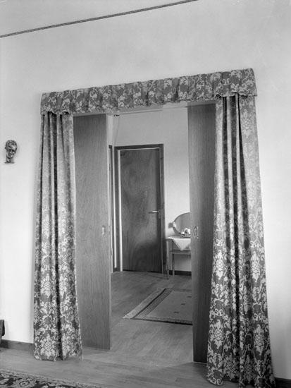 """Uppgift enligt fotografen: """"Interiör från lägenhet, dörröppning."""""""