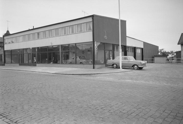 "Text till bilden: ""Erik Hanssons Bil AB. Exteriör. 1961.05.20"""