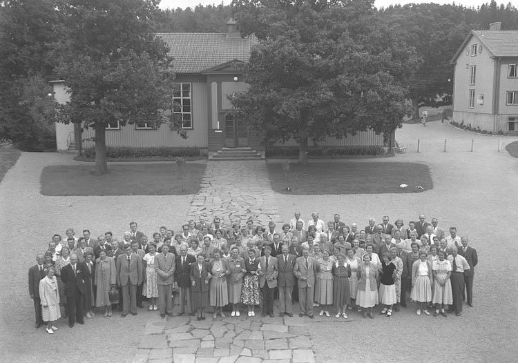 """Text till bilden:""""En grupp gamla eleve på skolgården""""."""