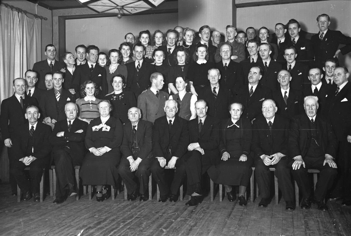 Kvinnor och män i en samlingslokal.