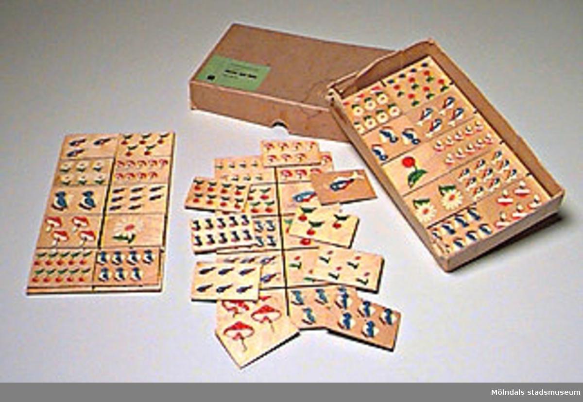 """""""FÖRSKOLELOTTO VI, räknespel VÄXTER OCH DJUR reknr 657 70 SKRIVRIT"""".Spelet består av tre plattor med tio fält, svart och ett prytt med olika figurer i växlande antal. Dessa figurer återfinns på trettio småplattor. (En av småplattorna saknas, 1359:24 och en annan av dem 1359:33 är lite trasig i kanten). Tydligen skall varje platta läggas på motsvarande fält på de stora plattorna. Måttangivelsen gäller de stora plattorna, för de små gäller måtten L 61, B 42, H 3 mm. Spelet förvaras i en beige pappkartong (som är lite trasig).Tidigare sakord: förskolelotto."""