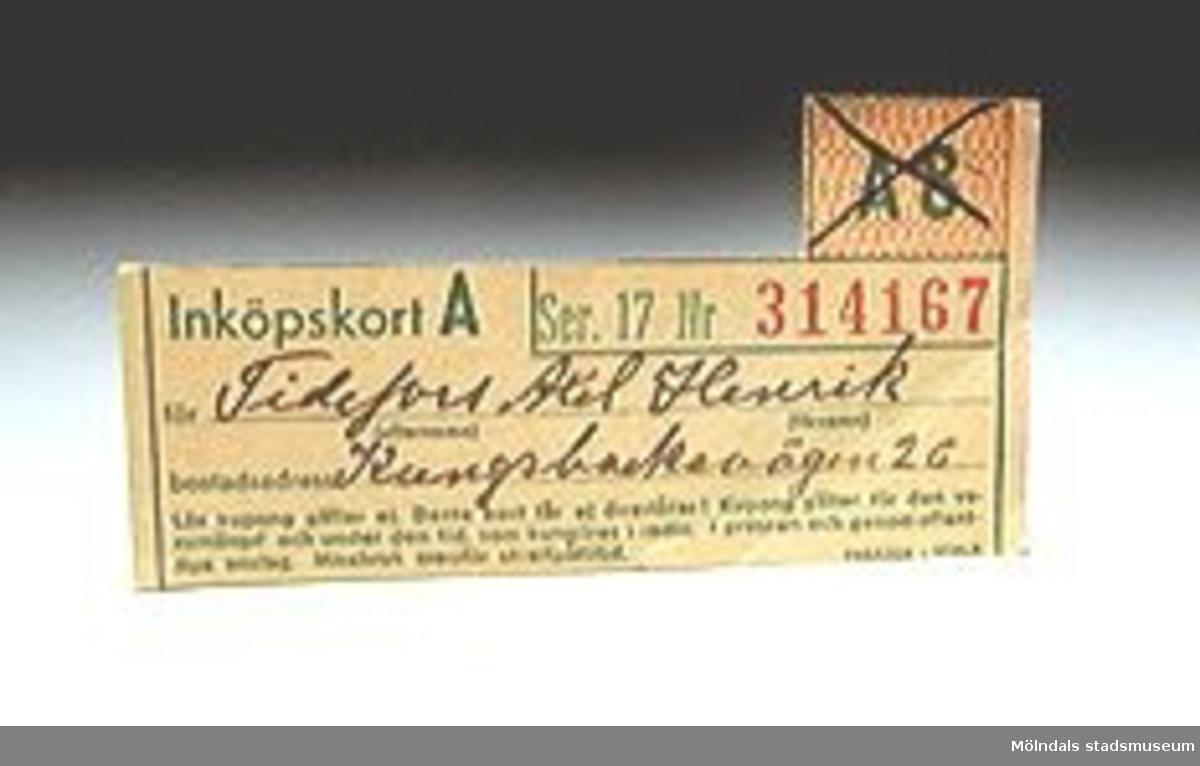 En bunt ransoneringskort (1-10) från andra världskrigets dagar. Ojämn klippning.Nr 5 saknas. Måtten som anges ovan anger det största kortets mått.Edith Tidefors är mor till Axel och Gösta samt givarinnan.