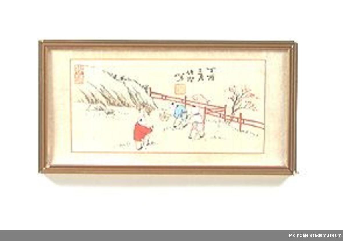 Broderade sidentavlor i kinesisk stil. Ljus bakgrund med broderade figurer, föreställande barn som leker eller firar. MM02434:1 Tavla utan glas. På baksidan står: Nymånefest. :2: Tavla med glas. På baksidan står: Höstlek. :3 Tavla med glas. På baksidan står: Sommarlek. ::4 Tavla med glas. På baksidan står: Nyårsglädje. Tidigare specialbenämning: broderad sidentavla.