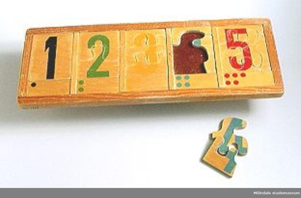 Kontursågat i plywood, matematiskt pussel 1-5.Ingår i Holtermanska samlingen.