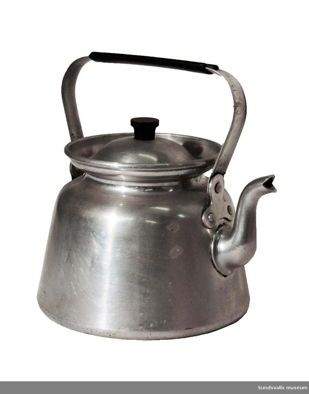 Kaffepanna i aluminium med lock. Locket har en knopp i bakelit och handtaget är klätt i samma material. Pipen har svängd form. På handtaget finns en rund stämpel som föreställer en uggla, samt texten 'JEBO OCKELBO'. Pannan rymmer 1½ liter.