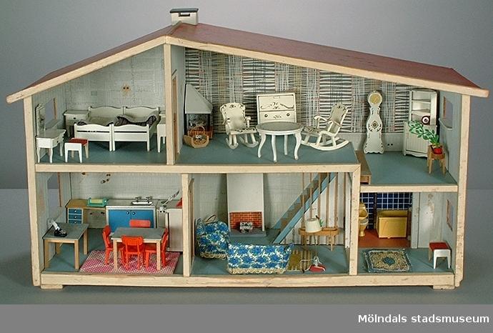 """Köksbänk med fyra blåmålade lådor. Hör till dockskåp MM03740:1.Givaren hade dockskåpet ihop med sin tvilligsyster Birgitta (Bibi). Det var en gåva från mormor, och ingen av kamraterna hade ett så fint dockskåp. Givaren berättar att hon lekte med dockor """"långt efter att andra slutat"""".Familjen bodde på Lekskolegatan i Mölndal. Mamman var hemmafru tills givaren var 17 år. Pappan arbetade som byggnadsingenjör."""