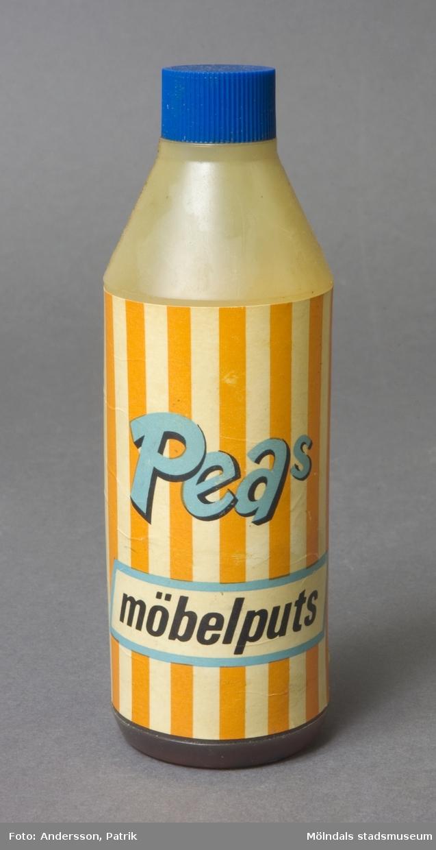 PEAs möbelputs. Plastflaska med skruvkork. Påklistrad etikett med bruksanvisning.Priset var 3,25 kronor. Det finns kvar av innehållet i flaskan.