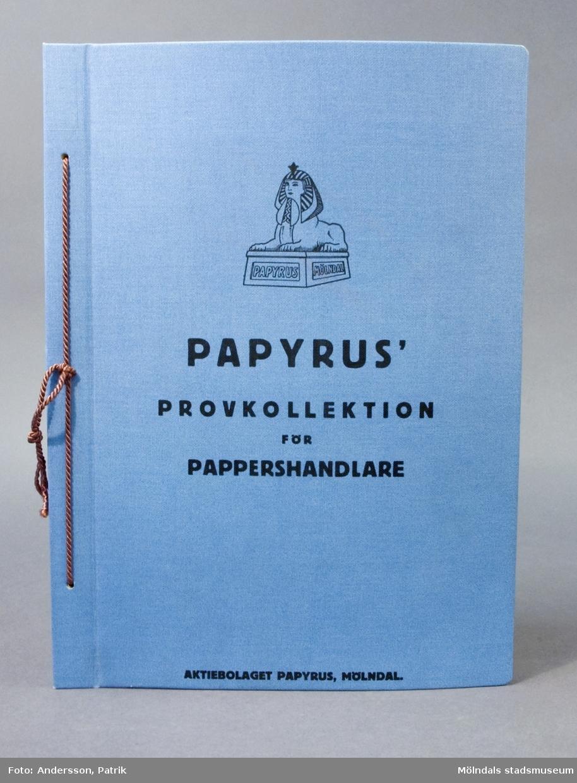 """Provbok med """"Papyrus' provkollektion för pappershandlare"""". En specialutgåva i stort format. Bunden med linnepärmar, fäst med snöre i hålslag. Prover med olika papperstyper och provtryck med dekorativa omslag. """"Biljett- och oktav-post, Kvarto- och skrivmaskinpost, Skrivmaskinpapperfolio, Dupliceringspapper- och genomslagspost, Skriv- och konceptpapper"""". Litteratur: Papyrus 1895-1945, Minnesskrifter, Esseltes Göteborgsindustrier AB, Göteborg 1945."""